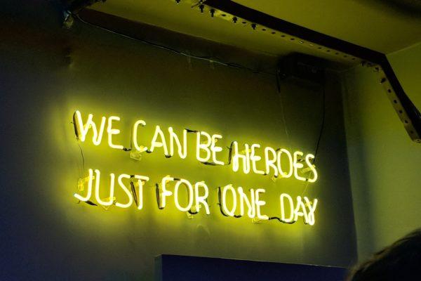 Neon-Schriftzug in Karaoke Bar mit Zitat aus Heroes von David Bowie