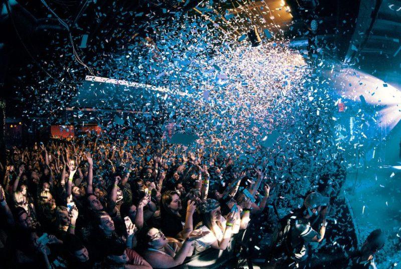 Fans jubeln einem Karaoke Sänger auf einer Party zu
