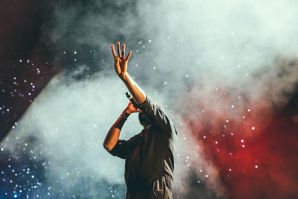 Sänger singt auf Bühne mit Mikrofon in der Hand